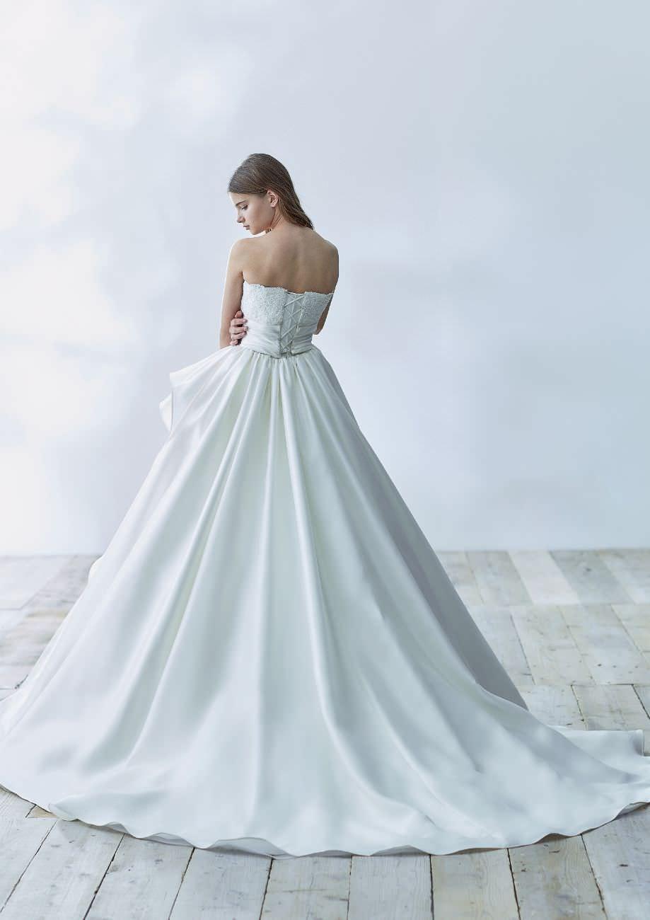 「ウェディングドレス」沢山の花の刺繍がとても華やかで